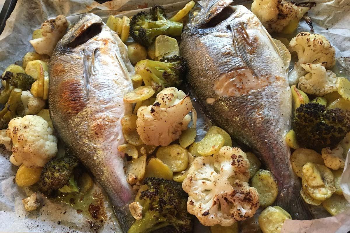 Biban sau dorada cu cartofi, legume, rozmarin la cuptor
