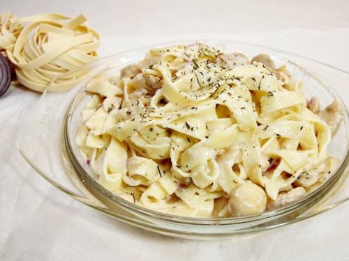 Tagliatelle cu sos de ciuperci hribe si smantana sau vin alb